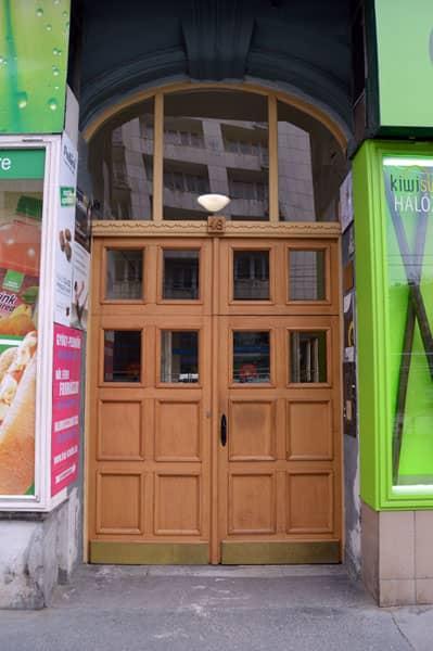 Inngangsdøren til bygget der tannklinikken i Budapest holder til