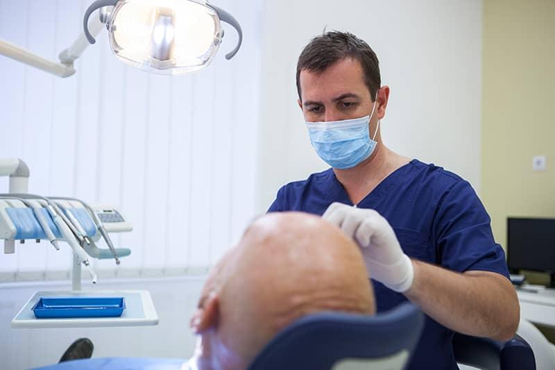 Tannlege og pasient hos OralCare
